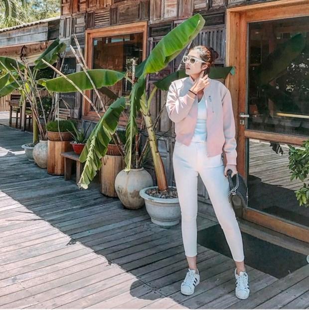 Hoang Thuy Linh va Thanh Hang bien tau ao thun sanh dieu hinh anh 15