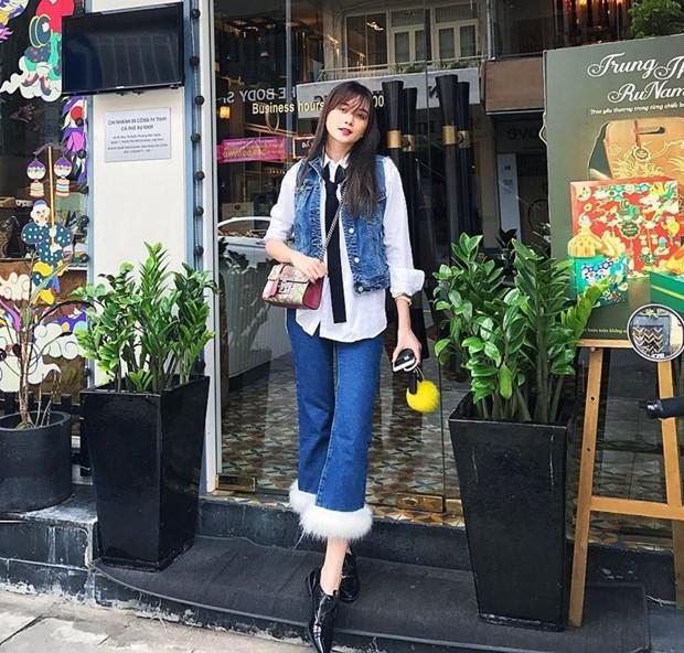 My nhan Viet tro tai phoi do voi tui hieu, khoe street style sanh dieu hinh anh 1