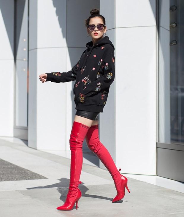 Boots cao qua goi - ''bao boi'' phai co cua fashionista mua Thu Dong hinh anh 7