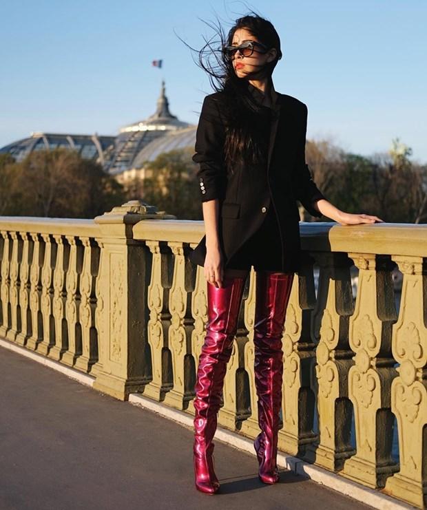 Boots cao qua goi - ''bao boi'' phai co cua fashionista mua Thu Dong hinh anh 20