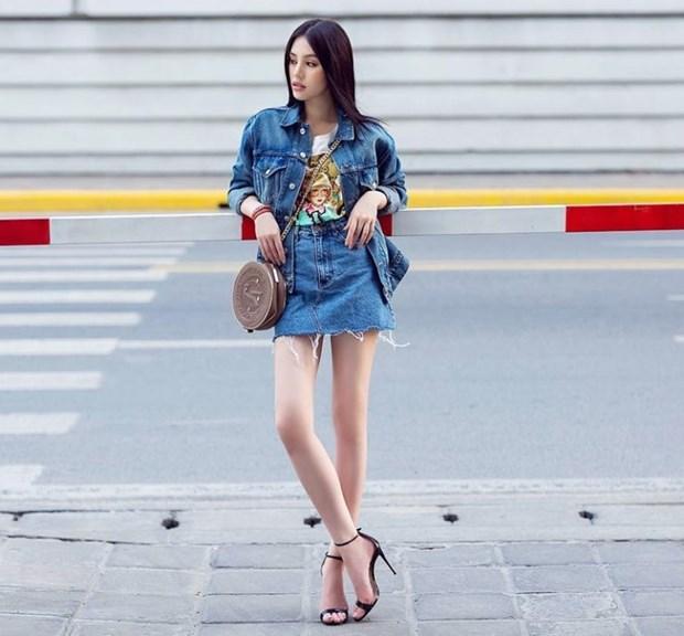 Trang phuc denim phu song street style cua my nhan Viet tuan qua hinh anh 1