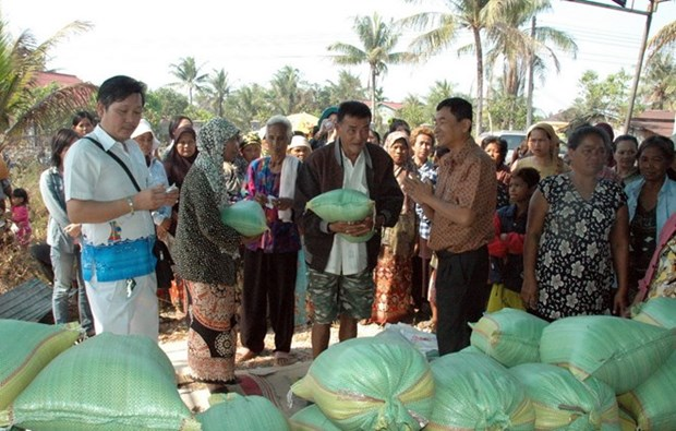 Tam long Viet chia se kho khan voi kieu bao, dan ngheo Campuchia hinh anh 1