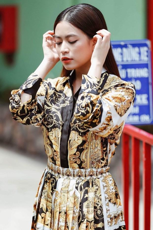 J. Lopez, Hoang Thuy Linh toa sac kieu ky voi thiet ke cua Versace hinh anh 16