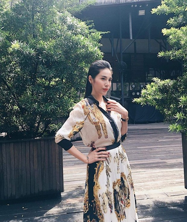 J. Lopez, Hoang Thuy Linh toa sac kieu ky voi thiet ke cua Versace hinh anh 18