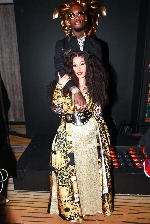 J. Lopez, Hoang Thuy Linh toa sac kieu ky voi thiet ke cua Versace hinh anh 11