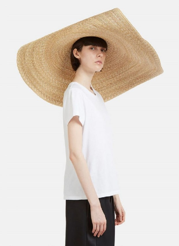 """Mix do linh hoat voi mu rong vanh """"che ca the gioi"""" cua Jacquemus hinh anh 9"""