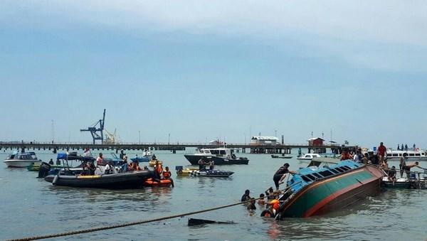 Thai Lan: Lat tau ngoai khoi dao Phuket, khoang 20 nguoi mat tich hinh anh 1