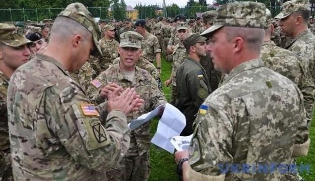 Ukraine tap tran chung voi NATO trong khi van cang thang voi Nga hinh anh 1