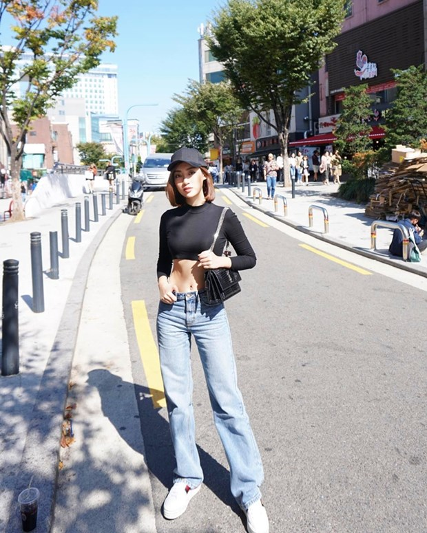 "Hoa hau My Linh, Jolie Nguyen khoe street style du lich ""sang chanh"" hinh anh 1"