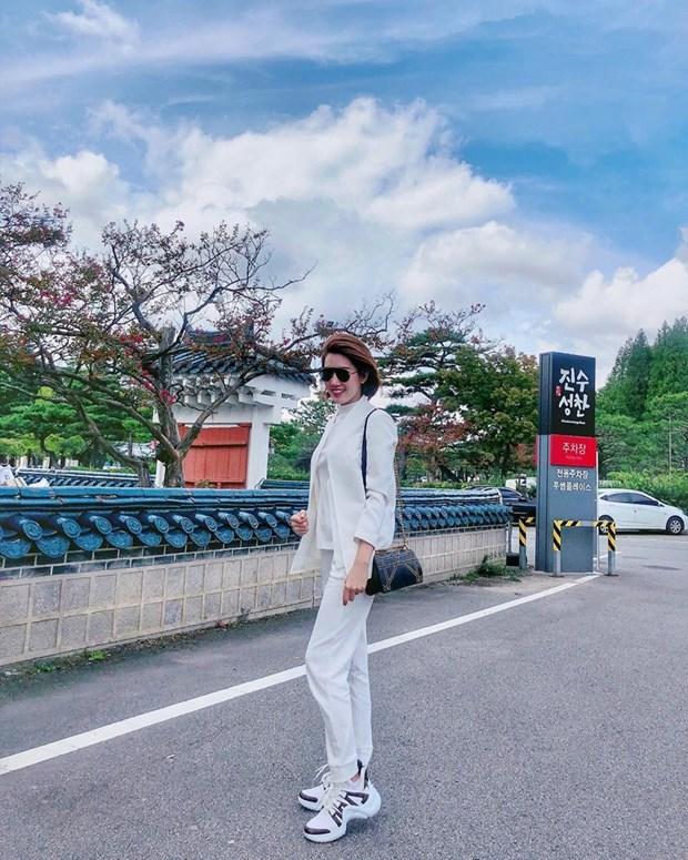 "Hoa hau My Linh, Jolie Nguyen khoe street style du lich ""sang chanh"" hinh anh 15"