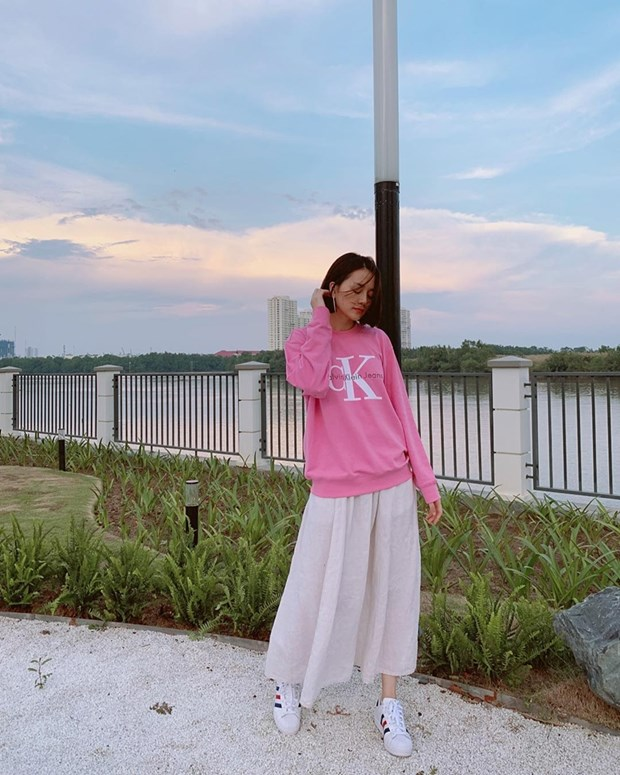 "Hoa hau My Linh, Jolie Nguyen khoe street style du lich ""sang chanh"" hinh anh 17"