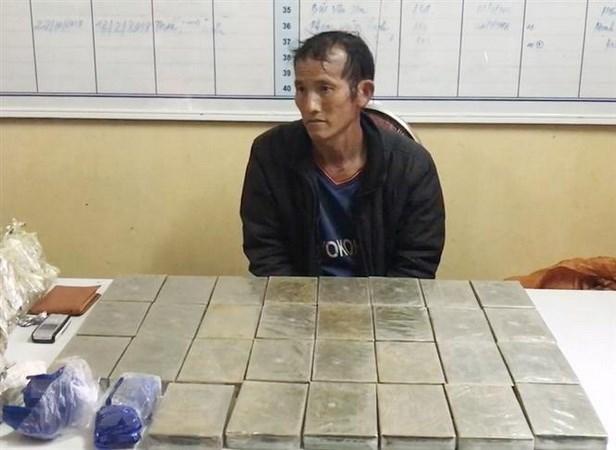 Cong an tinh Son La bat doi tuong van chuyen 30 banh heroin hinh anh 1