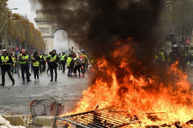 Phap: Ba Le Pen do loi cho chinh phu ve bao loan o thu do Paris hinh anh 1