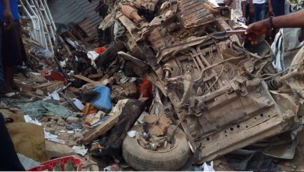 Nigeria: Xe tai cho gao nghi bi mat lai lao vao cho, 20 nguoi tu vong hinh anh 1