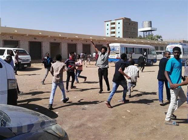 Reuters: Canh sat Sudan ban dan that vao le tang cua nguoi bieu tinh hinh anh 1