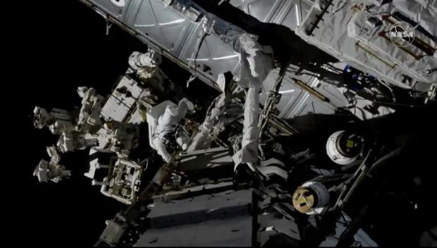 Phi hanh gia tren ISS di bo ngoai khong gian lan thu 3 trong nam nay hinh anh 1