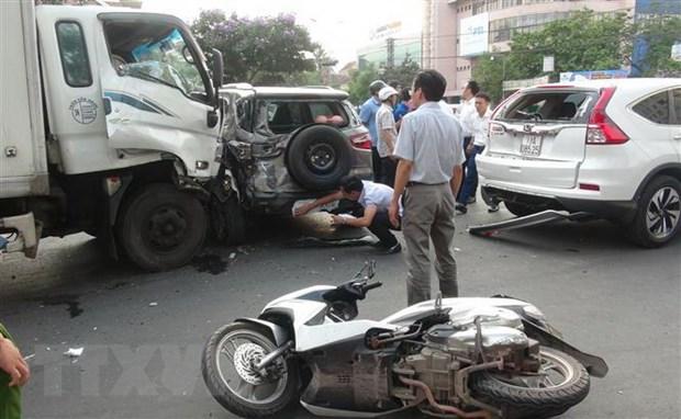 [Video] Oto tai lao thang vao doan xe dang dung den do o Quang Binh hinh anh 1