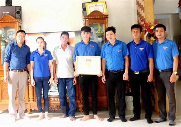 Quang Binh khen thuong 2 thanh nien cuu song 5 nguoi bi duoi nuoc hinh anh 1