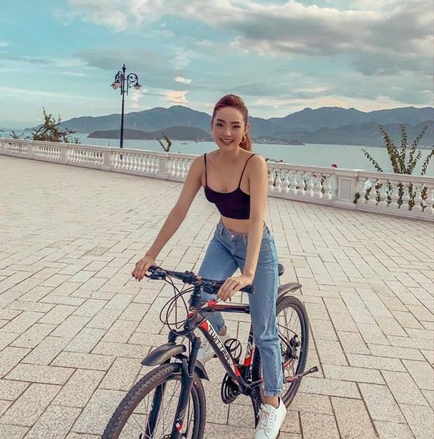 Diep Lam Anh bau bi van sexy, Chi Pu va Minh Hang goi cam het muc hinh anh 4