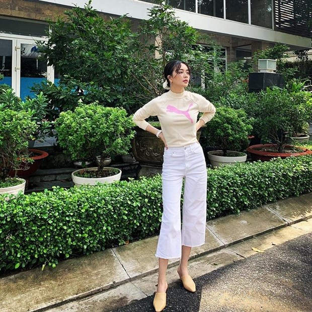 Crop top, quan ong lung thong tri street style cua dan sao Viet hinh anh 11