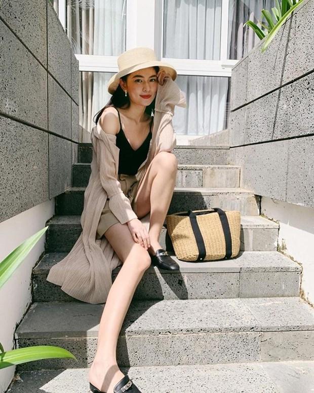 Crop top, quan ong lung thong tri street style cua dan sao Viet hinh anh 15