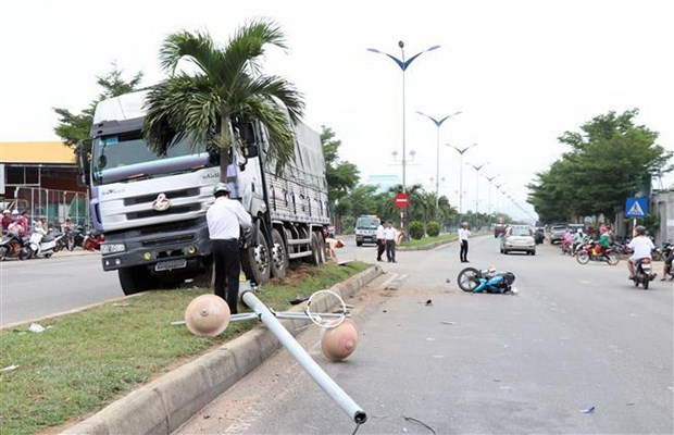 [Video] Ninh Thuan: Xe tai dam vao 2 xe may, mot nguoi tu vong hinh anh 1