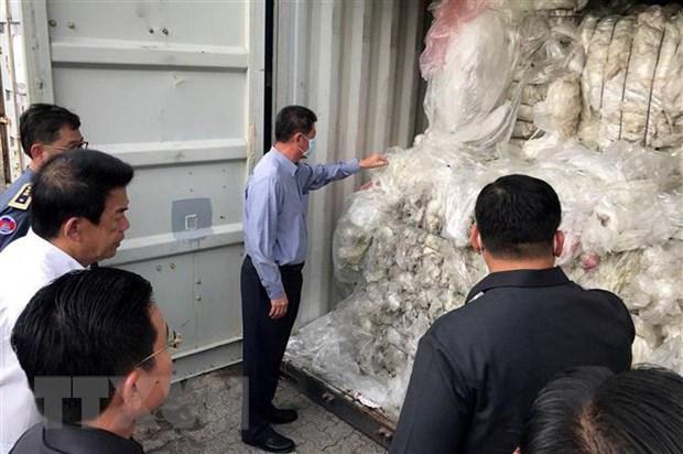 Campuchia gui tra 83 container rac thai nhua ve My va Canada hinh anh 1