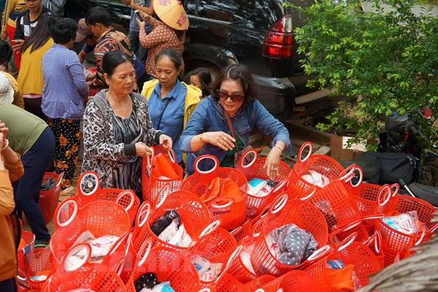 Tang qua nhan dao cho ba con ngheo nguoi Campuchia goc Viet hinh anh 1
