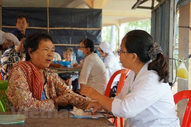 Tang qua nhan dao cho ba con ngheo nguoi Campuchia goc Viet hinh anh 2