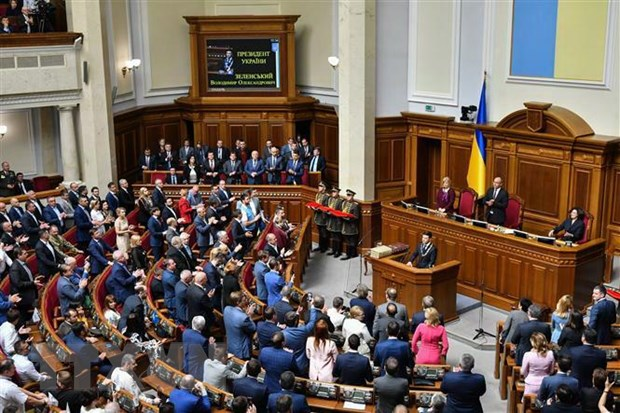 Quoc hoi Ukraine thong qua du luat tuoc quyen mien tru cua nghi sy hinh anh 1
