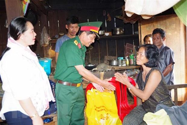 Nang cao tinh doan ket giua quan vu trang Dak Nong va dan Campuchia hinh anh 2