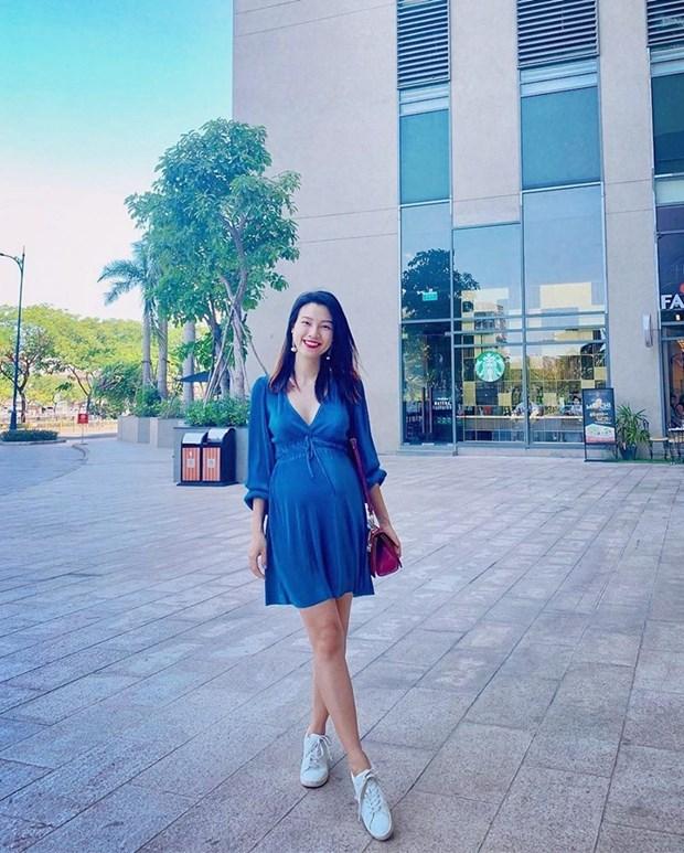Hoang Thuy Linh, Lan Ngoc va dan sao Viet mix do den sang chanh hinh anh 20