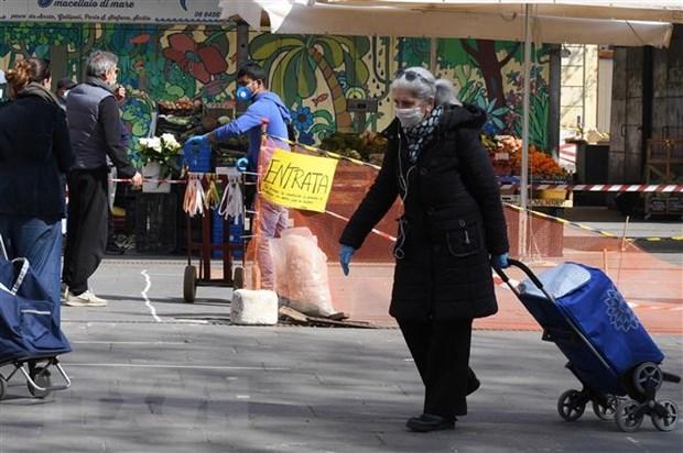 Italy: Vung Lombardia bat buoc dan phai deo khau trang khi di ra ngoai hinh anh 1