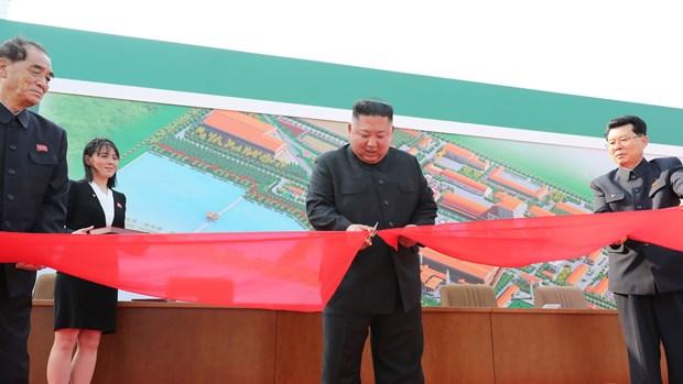 Nha lanh dao Kim Jong-un du le cat bang khanh thanh mot nha may hinh anh 1