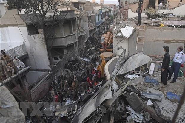 Lực lượng an ninh tìm kiếm các nạn nhân sau vụ rơi máy bay chở khách tại khu dân cư ở thành phố Karachi của Pakistan, ngày 22-5-2020. Ảnh: AFP/TTXVN