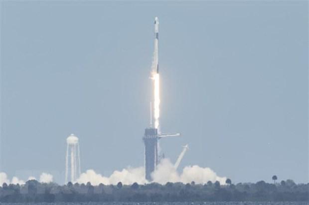 """Tau vu tru Crew Dragon cua tap doan SpaceX """"cap ben"""" ISS hinh anh 1"""