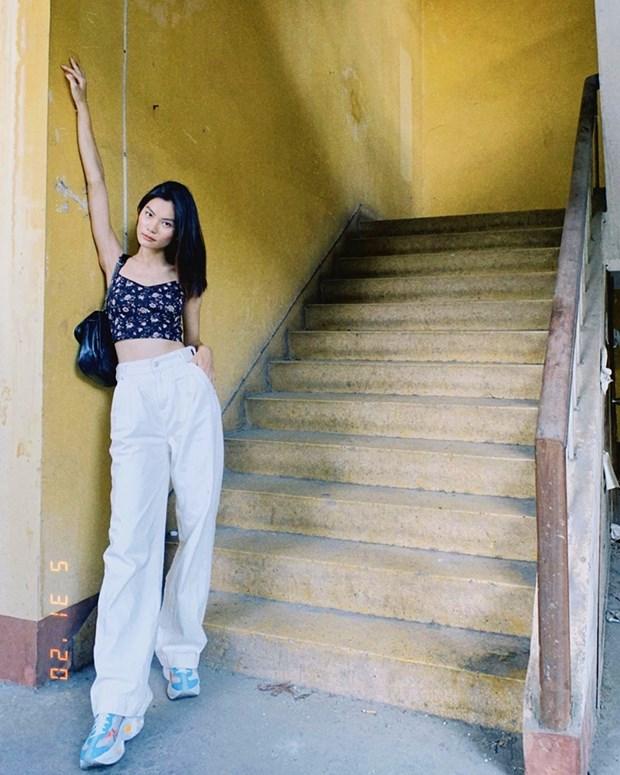 Muon sac vay dam tran ngap street style cua my nhan Viet ngay nang hinh anh 15