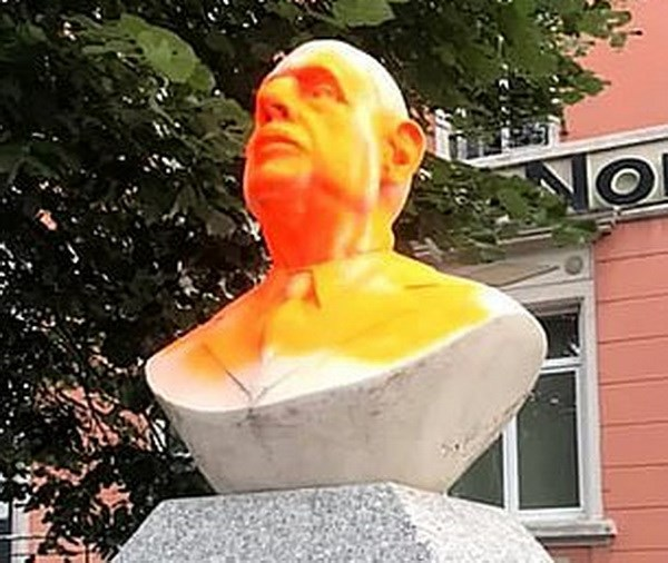 Phap: Nguoi bieu tinh pha hoai tuong co Tong thong Charles de Gaulle hinh anh 1