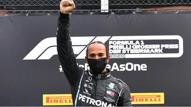 Tay dua Lewis Hamilton va hanh dong dac biet tren buc nhan thuong hinh anh 1