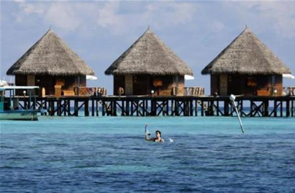 Khu nghi duong o Maldives don khach, Phap mo cua cong vien Disneyland hinh anh 1