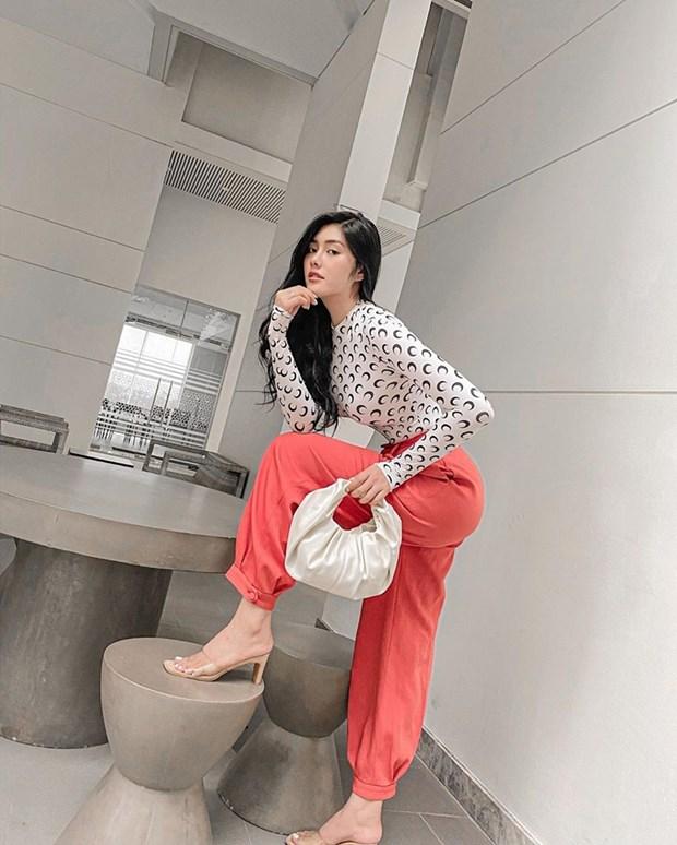 Crop top do bo street style, giup sao Viet khoe eo thon dang gon hinh anh 16