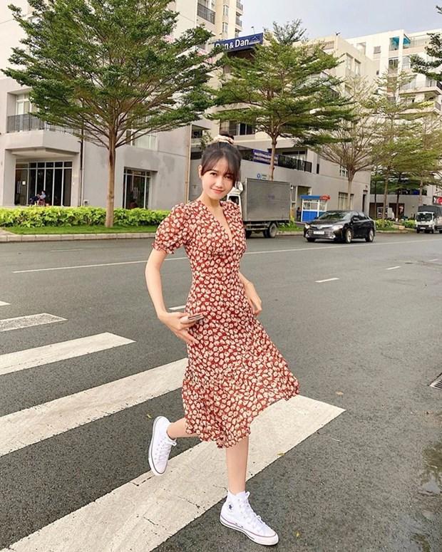 Crop top do bo street style, giup sao Viet khoe eo thon dang gon hinh anh 13
