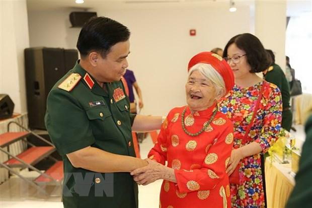 Bo Quoc phong to chuc gap mat 300 dai bieu Ba me Viet Nam Anh hung hinh anh 1