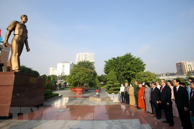 TP. HCM: Dang huong Chu tich Ho Chi Minh, Chu tich Ton Duc Thang hinh anh 1
