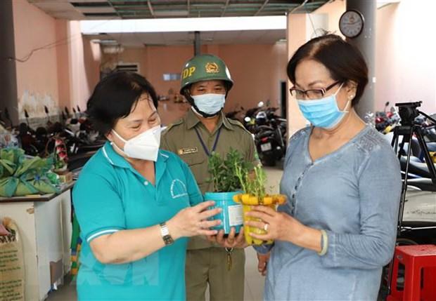 Nguoi dan TP. HCM doi rac thai nhua lay gao de bao ve moi truong hinh anh 1