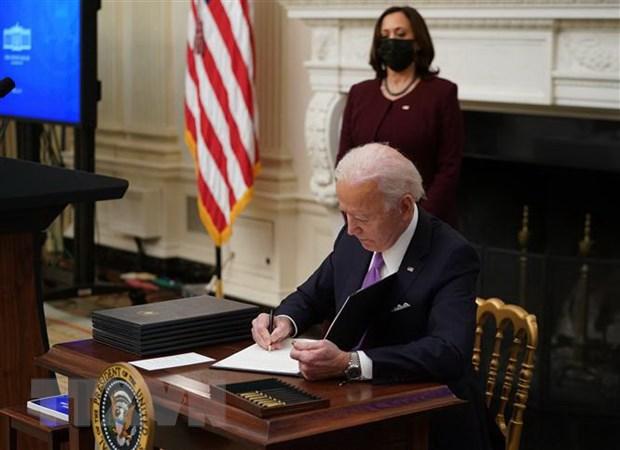 Tong thong My Joe Biden ky 2 sac lenh cuu tro kinh te hinh anh 1