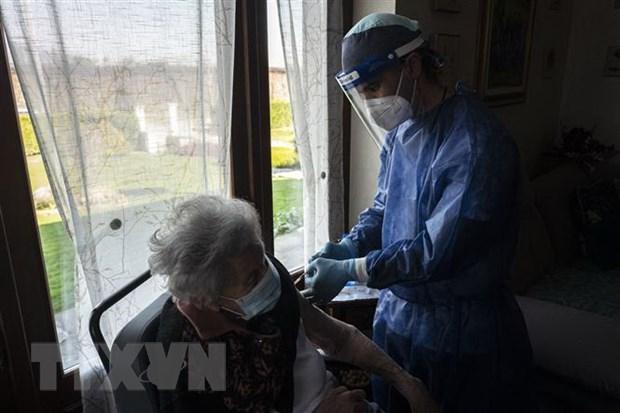 Italy uu tien tiem vaccine cua hang AstraZeneca cho nguoi cao tuoi hinh anh 1
