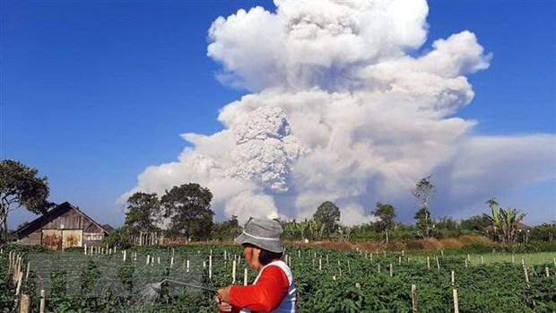Nui lua Sinabung tai Indonesia phun cot tro bui cao 2.000m hinh anh 1