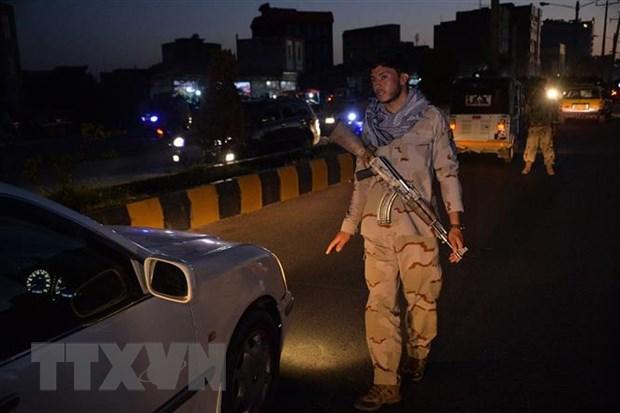 Nhân viên an ninh Afghanistan kiểm tra một phương tiện tại chốt kiểm soát ở tỉnh Herat, trong thời gian áp đặt lệnh giới nghiêm. Ảnh: AFP/TTXVN
