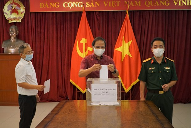 Dai su quan Viet Nam tai Malaysia tiep nhan ung ho Quy vaccine hinh anh 2